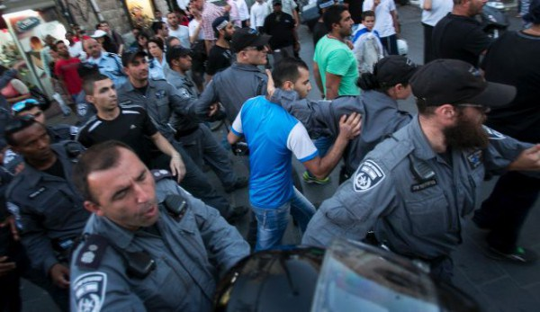 La policía israelí evacúa a un palestino de una turba de judíos, 1 de julio, 2014. Foto: Olivier Fitoussi.