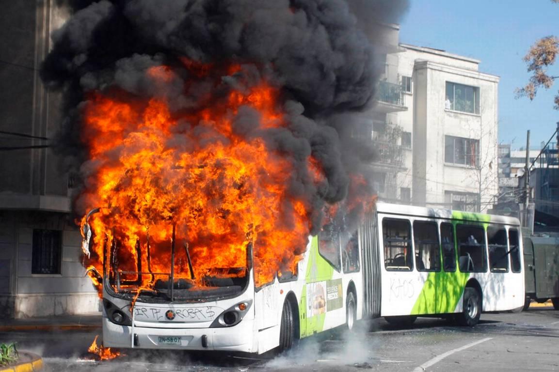 Buses+del+Transantiago+quemados+durante+la+marcha+de+Estudiantes+secundarios.002